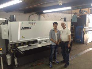 Кипарски клијент посети пресс кочиону машину и стрижну машину у нашој фабрици
