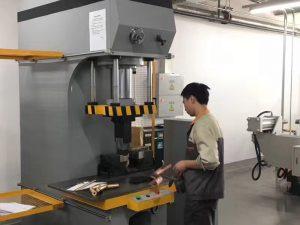 Јапан Клијент Тестирање хидрауличне масине за штампу у нашој фабрици